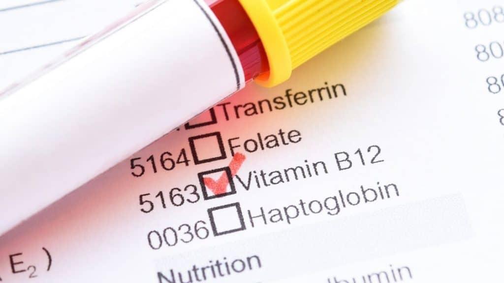Vitamintest Blutröhrchen und Vitamin B12